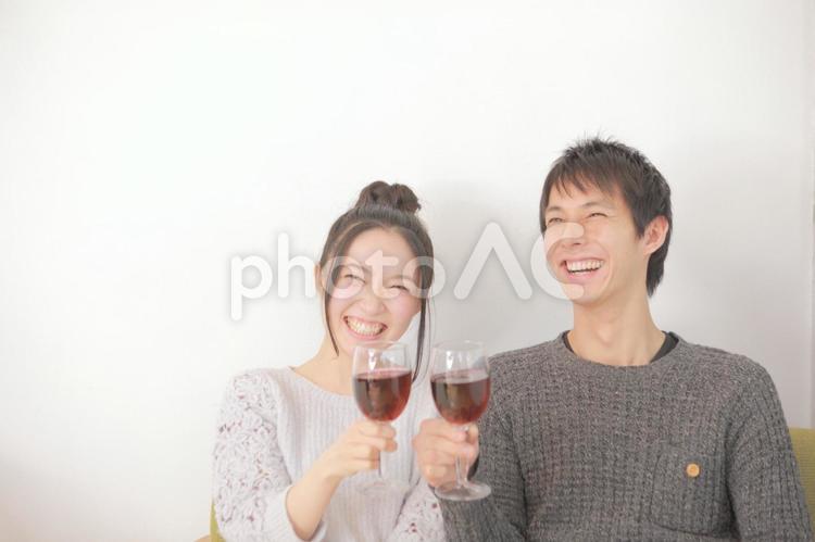 乾杯しているカップル2の写真
