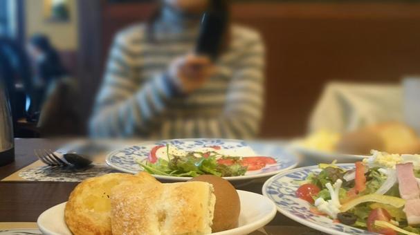 여자 회 점심 시간에 휴대폰