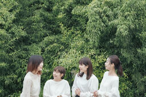 4個女人聊天