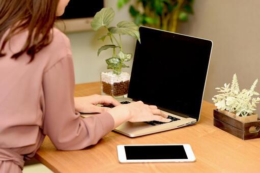 노트북과 여성