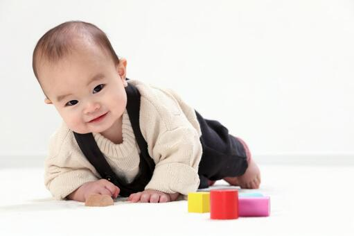 積み木で遊ぶ赤ちゃん3