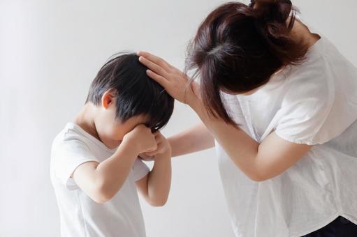 울고있는 아이를 위로 어머니