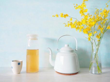 Tea oncidium flowers boiled in a kettle