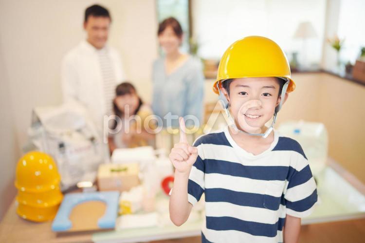 災害の備え ヘルメットをかぶる男の子の写真