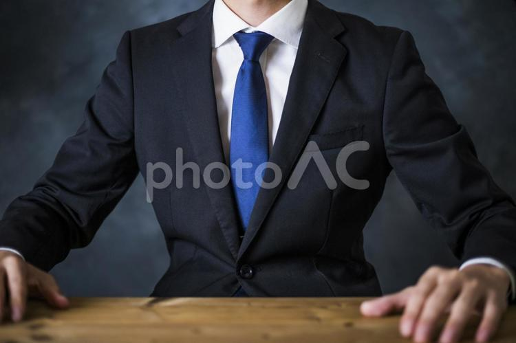 座っているビジネスマンの写真