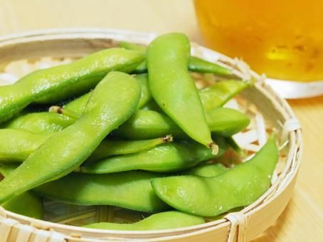 Edamame and beer (close up on edamame)
