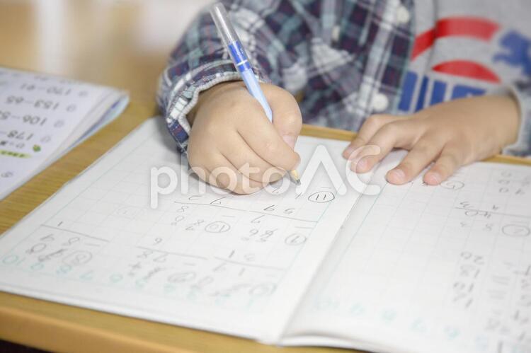 勉強する子供の手の写真