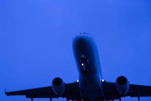 Passenger plane B737 approaching Itami Airport 32L at night