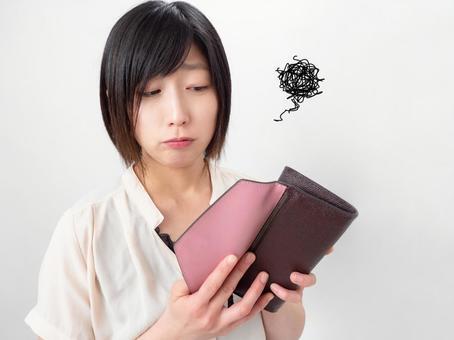 지갑의 내용물을보고 실망하는 여성의 이미지