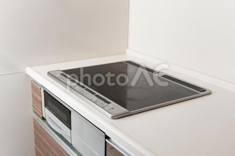 IHキッチンで料理するイメージの写真