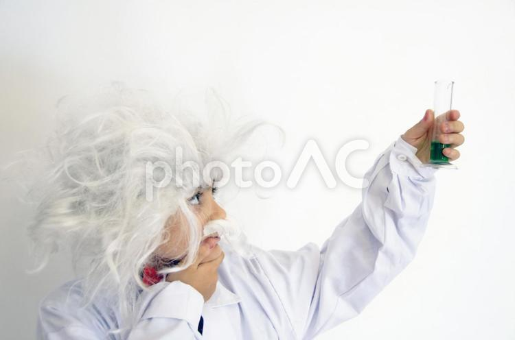 科学者の衣装を着たスペイン人の子ども27の写真