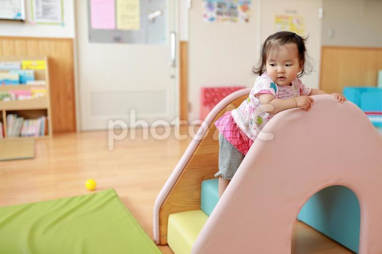 保育園のすべり台で遊ぶ赤ちゃん7の写真