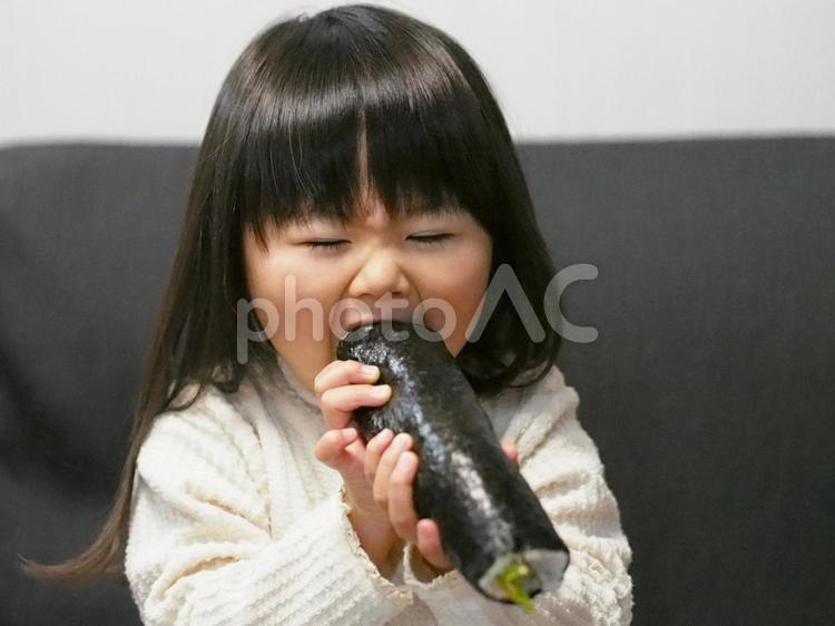 丸かぶりする女の子の写真