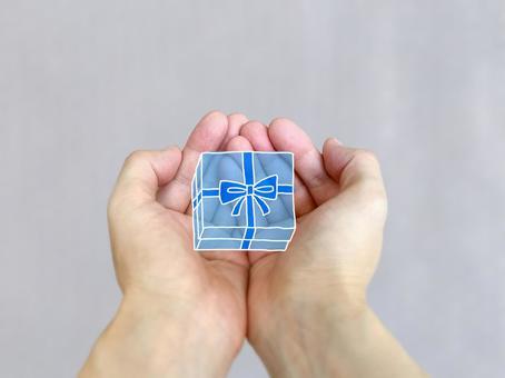 雙手捧著禮物