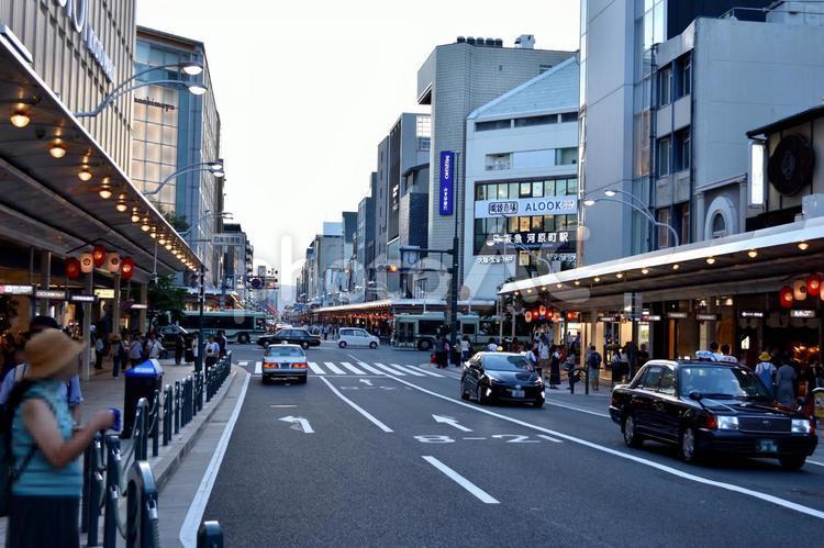 京都 四条河原町の四条通りの写真