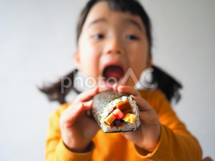 恵方巻きを食べる女の子の写真