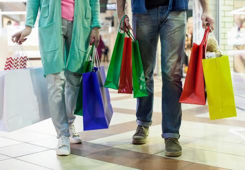 用很多紙袋購物的一對夫婦的鞋類2