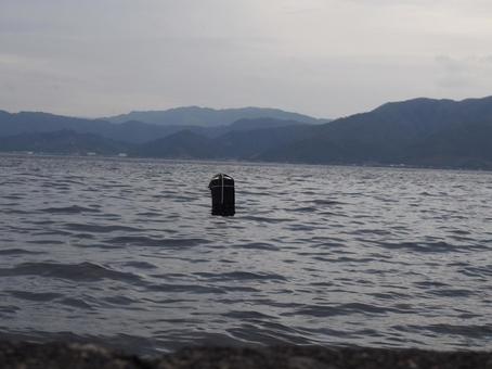바다에 떠있는 낚시찌