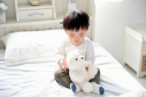 ベッドに座る男の子
