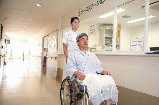 護士和輪椅男子4