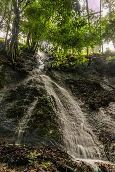 流下岩石表面的水流