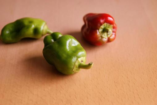 Bell peppers Ripe red bell peppers Ripe bell peppers Red bell peppers On the table Natural food Fields Kitchen garden