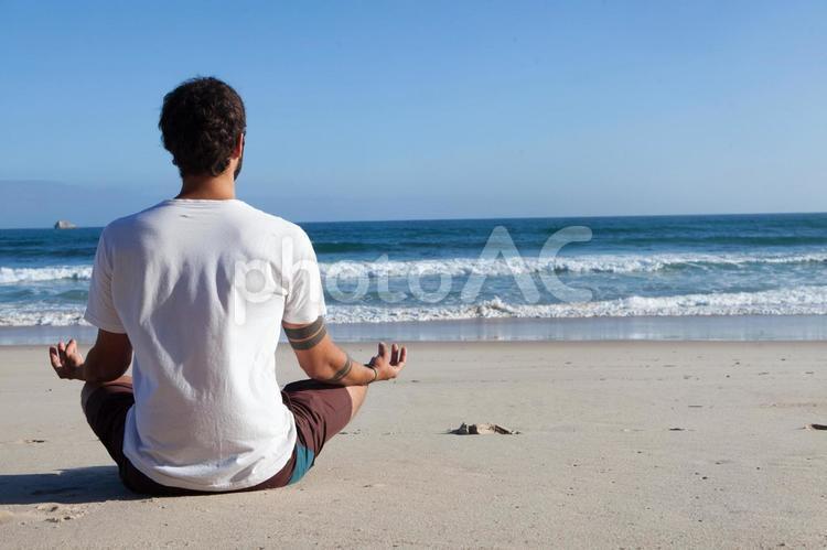 浜辺に座る外国人男性5の写真