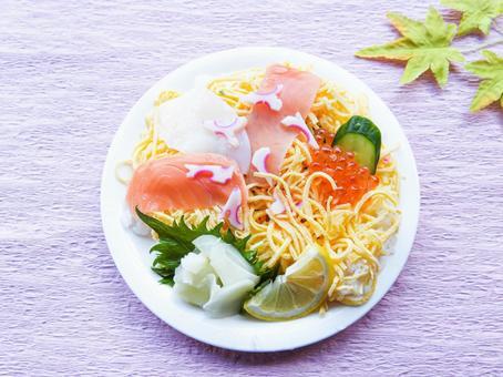 둥근 접시에 전단지 초밥