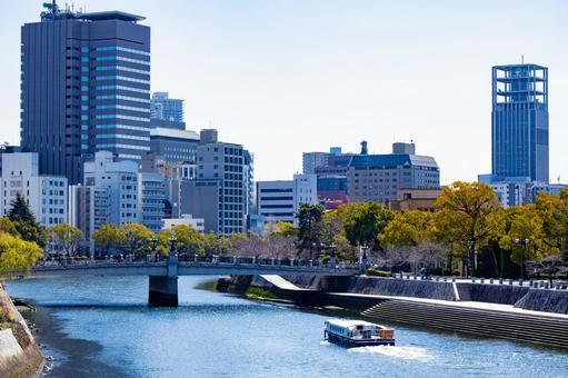 강을 여행하는 유람선과 히로시마시의 거리