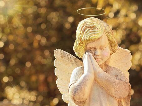 天使的祈禱沐浴在金色的光芒中