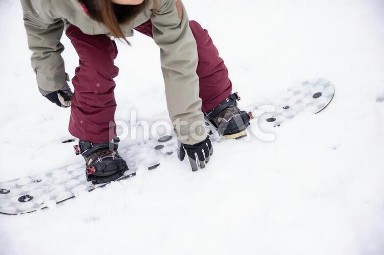 スノーボードをする女性の写真