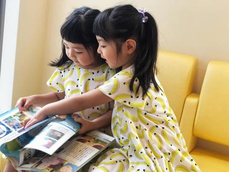 雙胞胎讀圖畫書