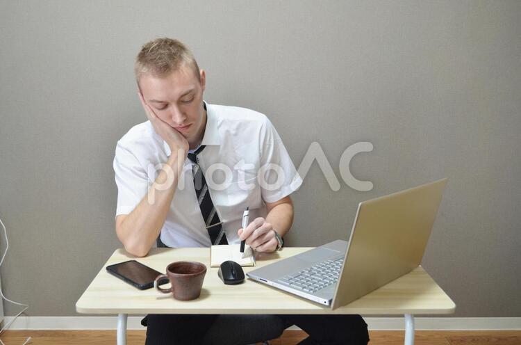 仕事中に考える外人の写真