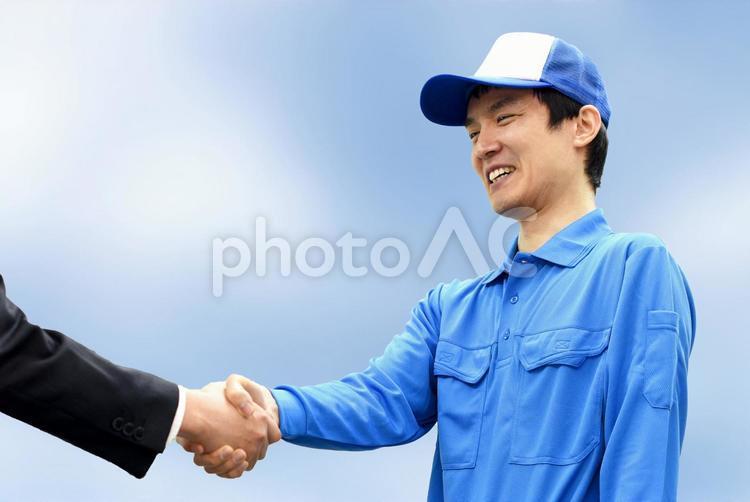 握手をする男性の写真