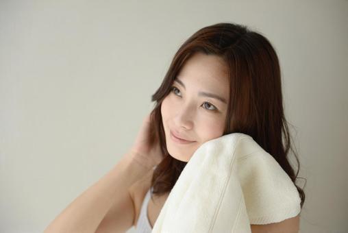 수건으로 얼굴을 닦는 여성 20