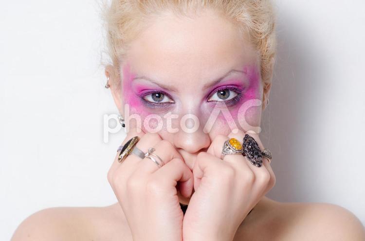 ピンクのアイメイクの女性の写真