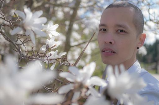 흰 꽃을 감상 남성