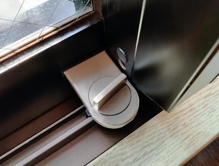 附加在車窗玻璃上的輔助鑰匙