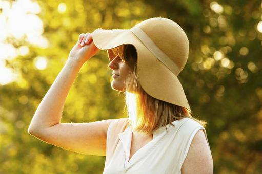 베이지 색 모자 여성 4