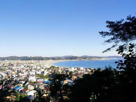 가마쿠라 長 谷 寺의 고지대에서 쇼난의 사가 미만, 유이가 하마와 材木座 해안을 바라 보는