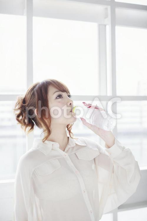 水を飲む女性12の写真