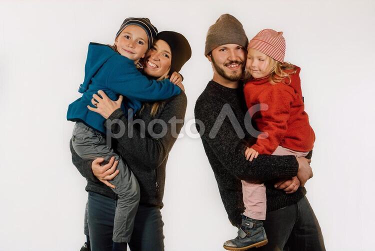 アウトドアウェアを着た家族8の写真