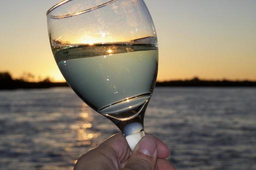 와인 잔과 석양