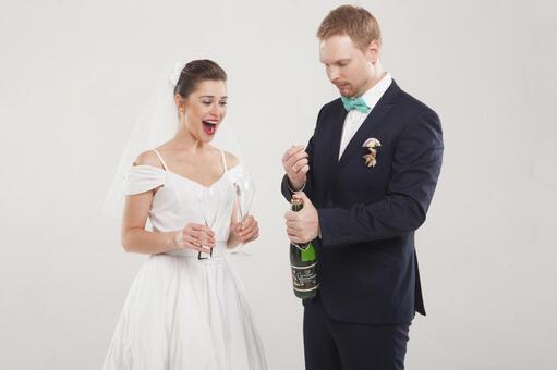 新娘和新郎1喝香槟