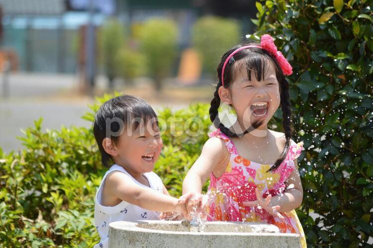 水遊びをする子供たちの写真