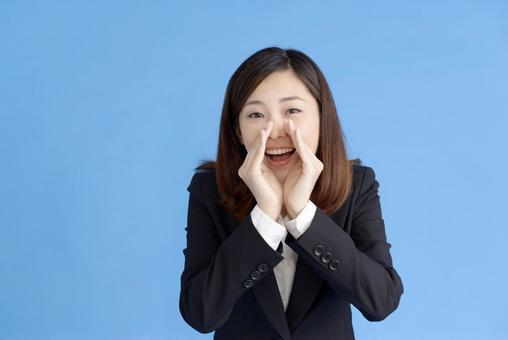 一个女人喊叫着什么