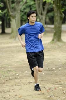 男人13到公园跑步