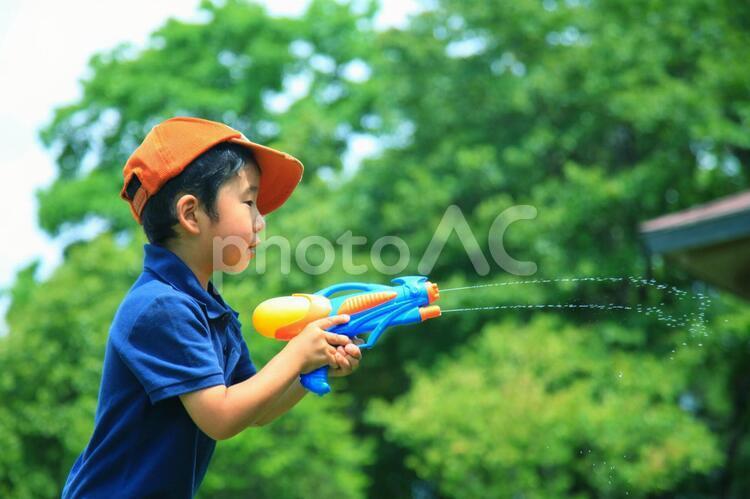 水鉄砲で遊ぶ子供12の写真