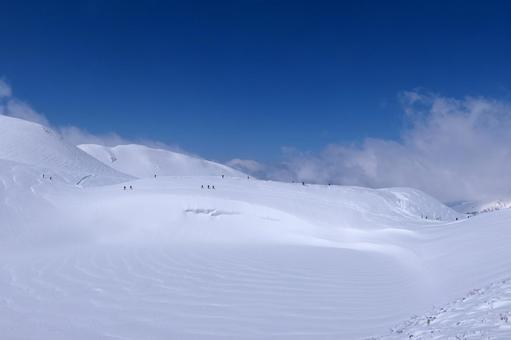 새로 내린 눈이 쌓인 무로 평 만 밤이 연못 (다테야마 쿠 로베 알펜 루트)