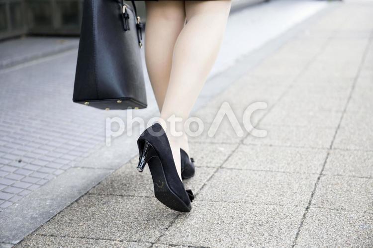 女性の足元の写真